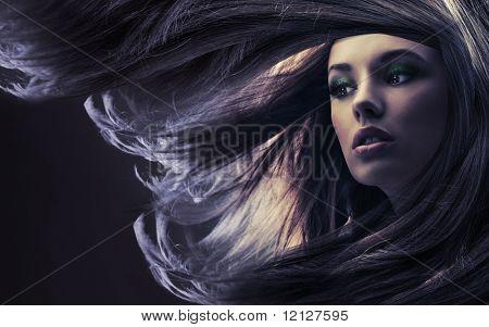 Bella dama con cabello largo castaño, a la luz de la luna