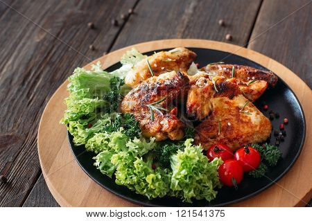 Grilled chicken wings with lettuce and tomatoes
