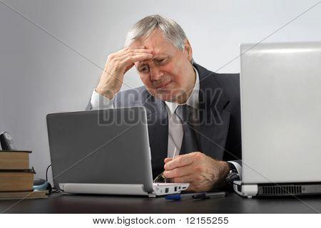 nachdenklich senior Business Mann mit laptop