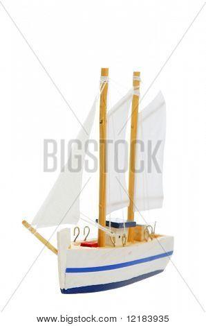 Spielzeug Segelboot auf weißem Hintergrund
