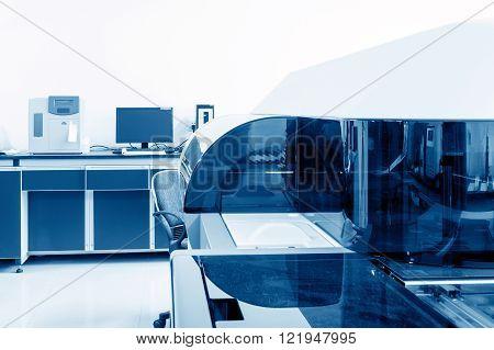Hospital laboratory automatic biochemical analyzer, blue tone picture