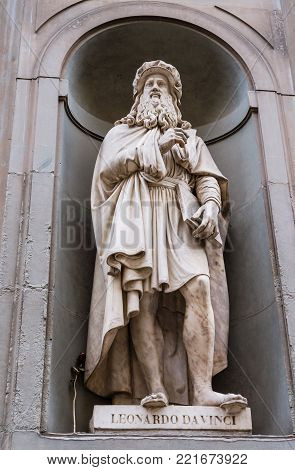 Statue of painter, inventor and writer Lenorado Da Vinci in the Italian city of Florence