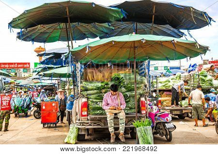 Bangkok, Thailand - Aug 10,2017 : Buyers and sellers are busy unloading and unloading their fruits and vegetables. This is one of the largest wholesale fruit and vegetable market in Bangkok.