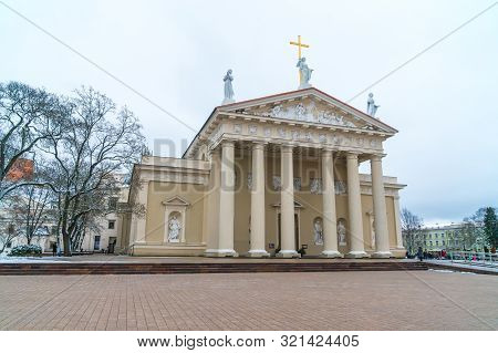 Vilnius, Lietuva - 05.01.2019: The Cathedral Of Vilnius Is The Main Roman Catholic Cathedral Of Lith