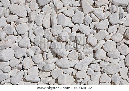 kleinen weißen Kieselsteinen