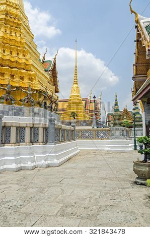 Golden Chedi Phra Sri Rattana in Sri Lankan style enshrining ashes of the Buddha and a Golden Chedi with caryatids looking like demons in Wat Phra Kaew, the Temple of the Emerald Buddha within the Grand Palace in Bangkok t-shirt