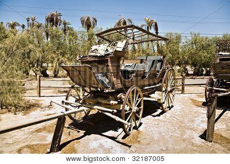 carro viejo y entrenadores en la entrada de la Furnance Creek Ranch en el centro de Valle de la muerte