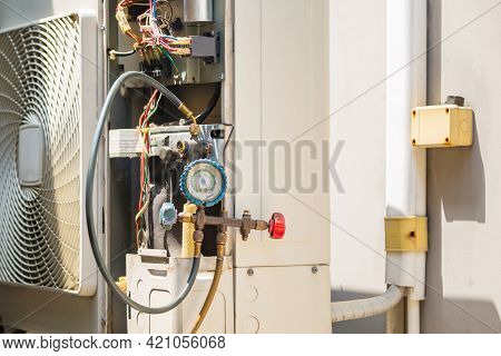 Modern Air Conditioning With Pressure Gauge Check Leakage System, Air Conditioning Repairman Checkin