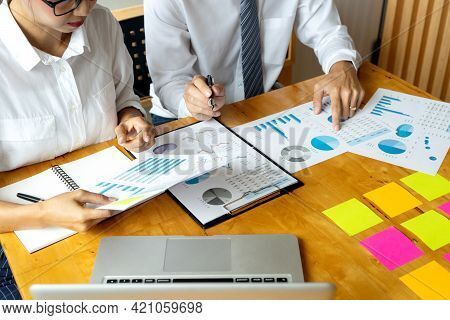 Business Men And Women Are Having A Business Plan Consultation Meeting
