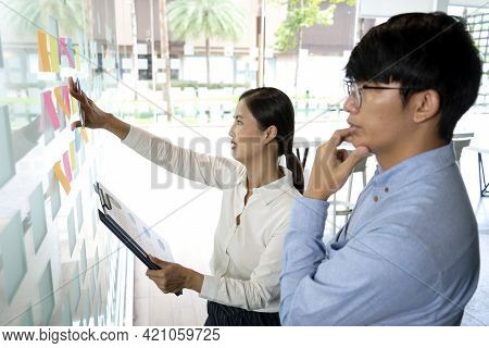 Businesswoman Uses A Pen In Her Hand To Write A Note On