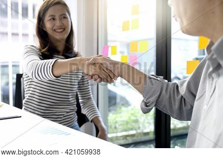 Two Business People Are Shaking Hands To Congratulate