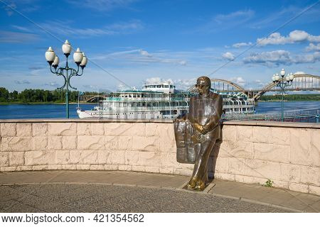 Rybinsk, Russia - July 09, 2016: Monument To The Poet L.i. Oshanin On The Volga Embankment On A Sunn
