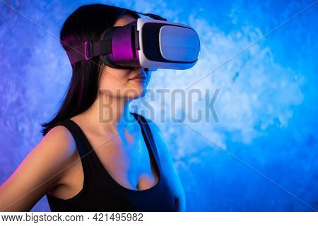 Excited Latinn Girl In A Vr Glasses Surprised With What She Saw. She Is Touchinmg Sonmething And Exp