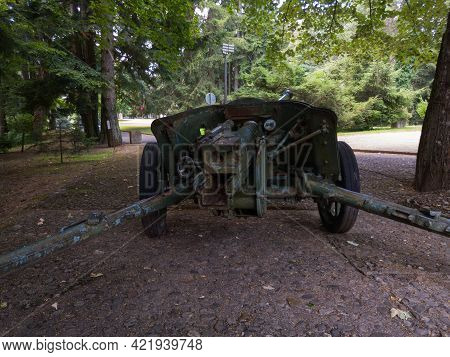 Mrakovica, Bosnia And Herzegovina-august 1, 2020:old Military Cannon In Front Of The Kozara National