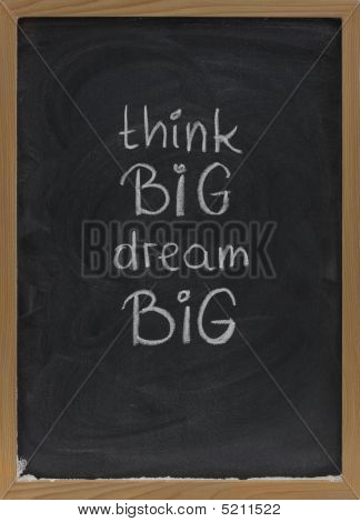 Think big, träumen big Slogan auf blackboard