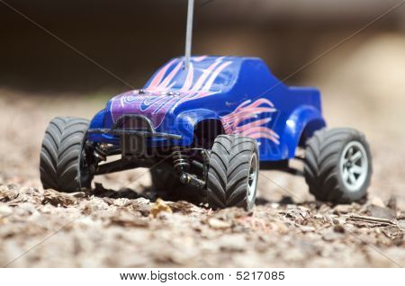 Horizontal remote controlled electric truck with plastic body