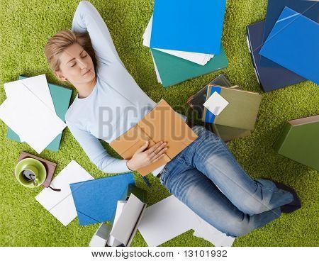 Müde College Student Girl lying on Floor zu Hause schlafen.