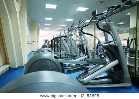 Fitness-Center. Ausrüstung, Gym-Geräte.