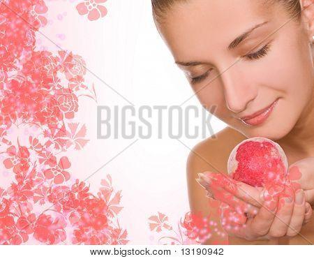 Schönes Mädchen mit einer Aroma-Bad-Kugel