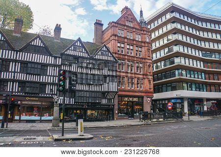 London / Uk - November 15 2017: Vintage Building With Street Light And Road Traffic In The Morning I