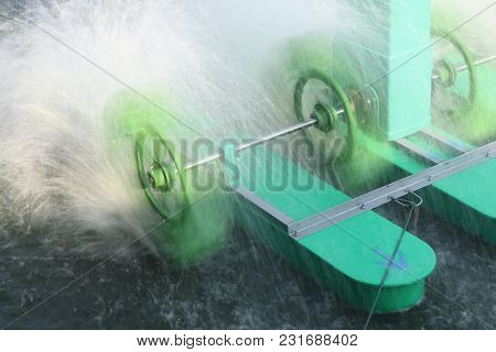 Spinning Paddle Wheel Aerators With Water Splash For Adding Oxygen