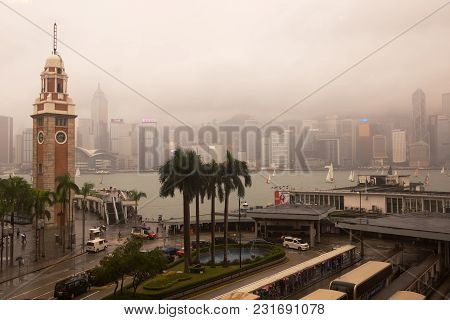 Kowloon, Hong Kong - Nov 12, 2017: Early Morning Rain And Mist Combine To Give An Atmospheric View O