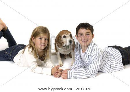 Niño y niña con Beagle