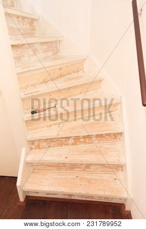 Removing Carpet, Glue And Paint From An Vintage Stairs