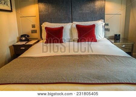White Luxury Double Bed With Comfy Pillow In 5 Star Hotel