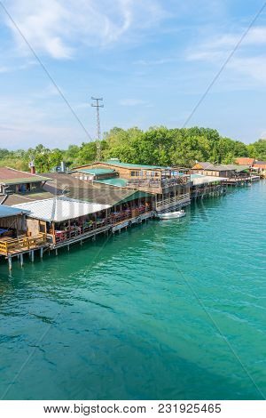 Floating Restaurants Invite Tourists To Eat Tasty Seafood Dishes.