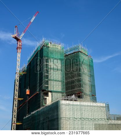 Using scaffolding covering at high rise building construction
