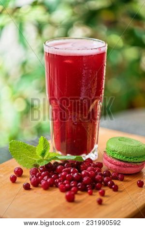 Summer cranberries smoothie with macaron