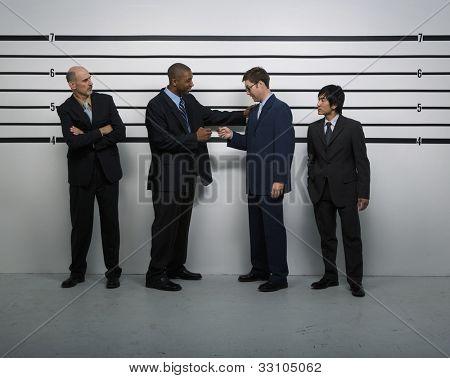 Multi-ethnische Unternehmer im Polizei line-up