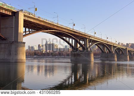 Novosibirsk, Siberia, Russia - 03.25.2020: Arch Bridge Over The Ob River In Novosibirsk. Car Arched