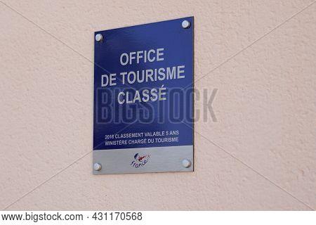 Bordeaux , Aquitaine  France - 08 25 2021 : Office De Tourisme Classe French Tourism Office Sign Lab