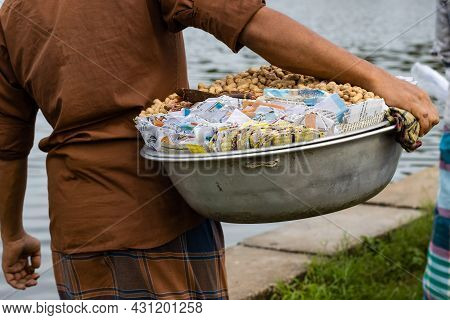 Dhaka, Bangladesh - 20 August 2021: A Poor Vendor Selling Peanuts On A Bowl In Suhrawardy Udyan