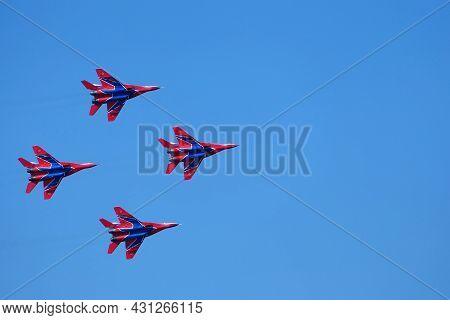 Nizhny Novgorod, Russia, 08.14, 2021.air Show. Aerobatic Team Swifts, Demonstration Performances. Mi