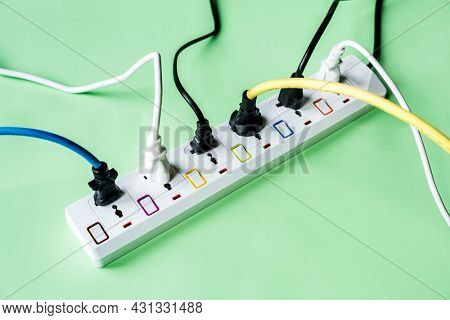 Electricity power supply plug and outlet