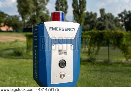 Red Emergency Police Sos Call Button Alarm Box With Light Bar, Cctv Camera And Speaker Device For Ur