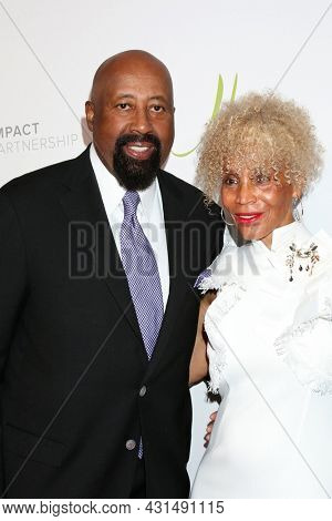 LOS ANGELES - AUG 20:  Mike Woodson, Terri Woodson at the 21st Annual Harold and Carole Pump Foundation Gala at the Beverly Hilton Hotel on August 20, 2021 in Beverly Hills, CA