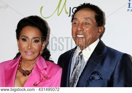 LOS ANGELES - AUG 20:  Frances Robinson, Smokey Robinson at the 21st Annual Harold and Carole Pump Foundation Gala at the Beverly Hilton Hotel on August 20, 2021 in Beverly Hills, CA