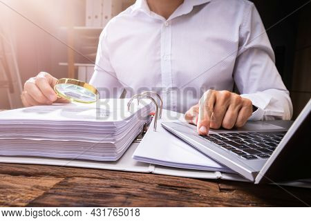 Investigating Corporate Tax Fraud. Commercial Auditor Using Magnifying Electronic