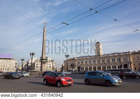 St. Petersburg, Russia - April 13, 2016: Vosstaniya Square, Street View Of Saint-petersburg