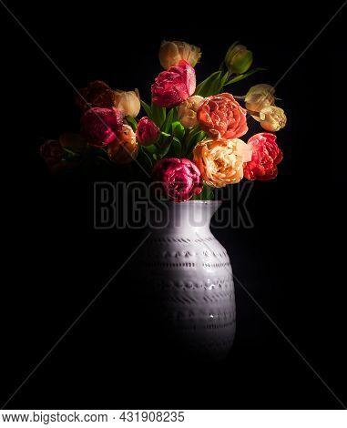 Vaas Met Pioentulpen Beautiful Flower With Black Background