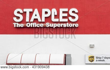 North Babylon, New York, Usa - 18 August 2021: Close Up Of The Facade Of A Staples Office Supply Sup