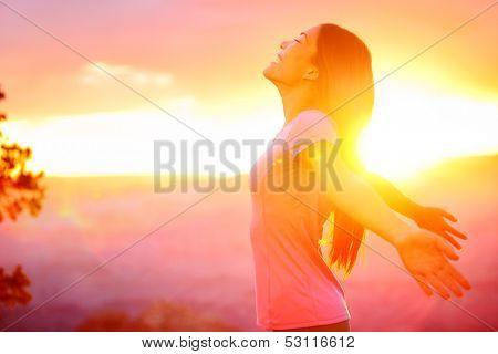Mujer libre feliz disfrutando del atardecer de la naturaleza. Concepto libertad, alegría y disfrute del hermoso multi