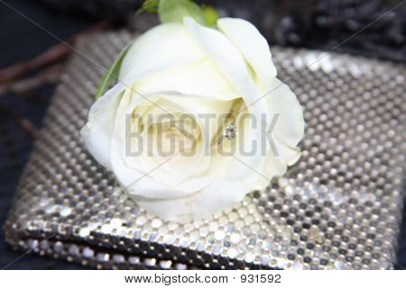 Engagementsring In A Rose