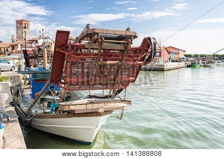 Dredge snow blower for fishing bivalve molluscs mounted on a fishing boat