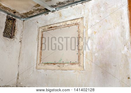 Closing the outer holes in the wall with drywall repair in the room