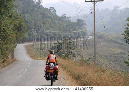 Move on a Southeast radtour by bike .